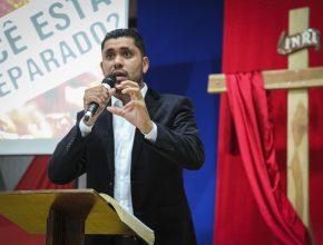 Antes da inauguração foi realizado um culto de gratidão com a presença do pastor Rafael Santos (acima), da cantora Rose Rios e do palestrante Demétrio dos Anjos.