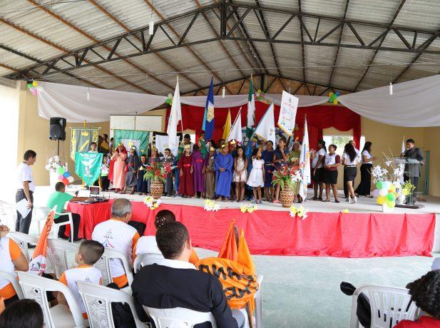 Pequenos grupos de uma região participando da celebração de multiplicação
