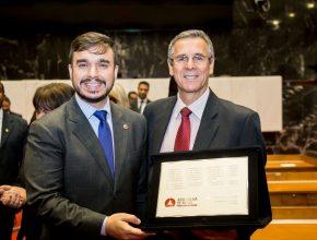 Pastor José Marcos de Oliveira (à direta) recebeu placa de homenagem representando a Igreja Adventista (Foto: Aline Soares)