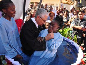Momento do batismos das irmãs Mari e Nélia