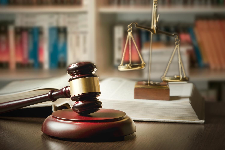 A balança simboliza o equilíbrio das forças desencadeadas, correntes antagônicas, a ponderação e imparcialidade da justiça