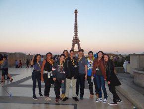 Alunos visitam a famosa Torre Eiffel em Paris, na França.