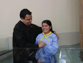 Reviane Batista foi batizada após ser acolhida por amigos em um PG e conhecer mais de Jesus.