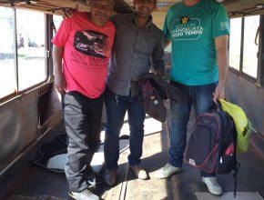 Membros da igreja de Bataguassu, com Amarildo, na ônibus abandonado que servia como moradia para o ex-morador de rua.