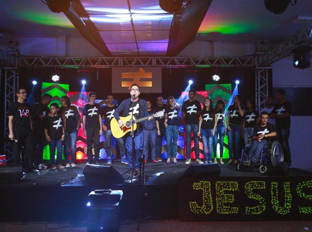 Daniel Lüdtke canta durante a 3ª Mega Vigília Jovem Foto: Anne Seixas