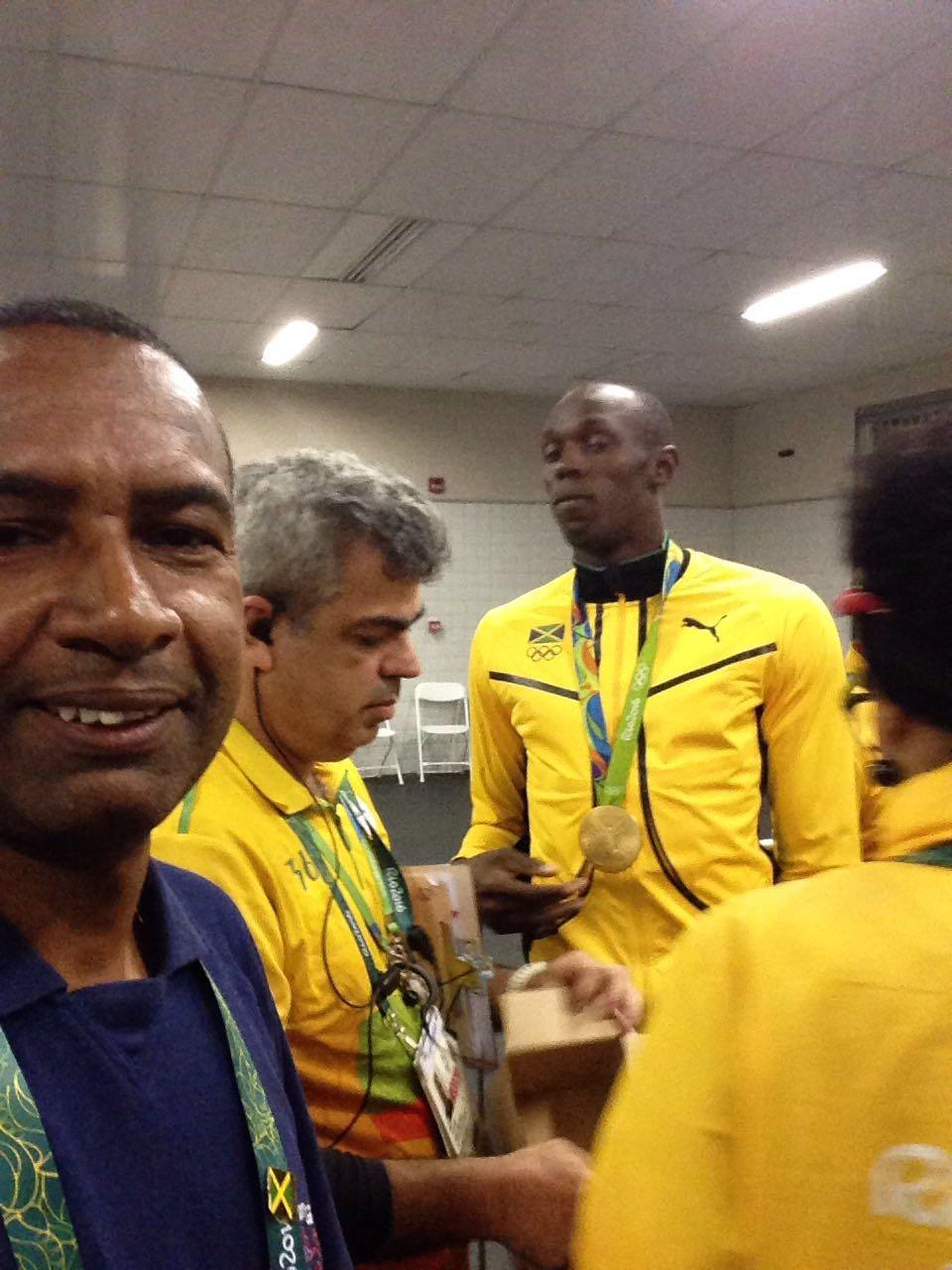 Pastor Daily (à esquerda) e Bolt ao fundo durante encontro na Vila Olímpica.
