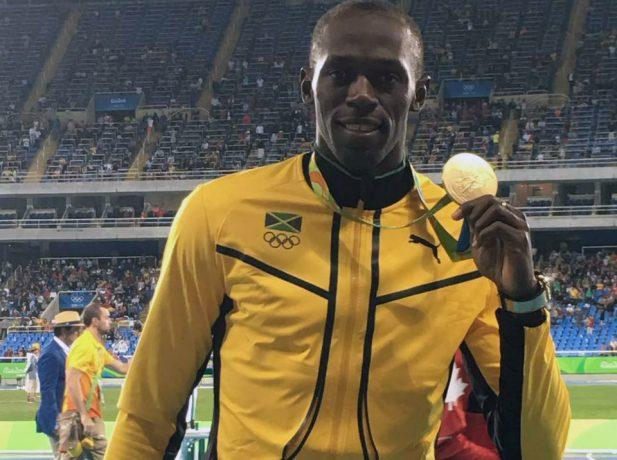 Bolt com a medalha de ouro recém conquistada nos jogos do Rio onde ele ainda compete até o final de semana.