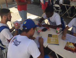 Voluntários doam sangue e deixam livros missionários em posto do Hemorio.