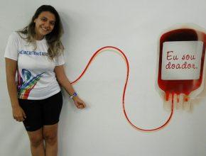 Voluntária brasileira é doadora assídua e foi dar apoio aos estrangeiros que nunca doaram.