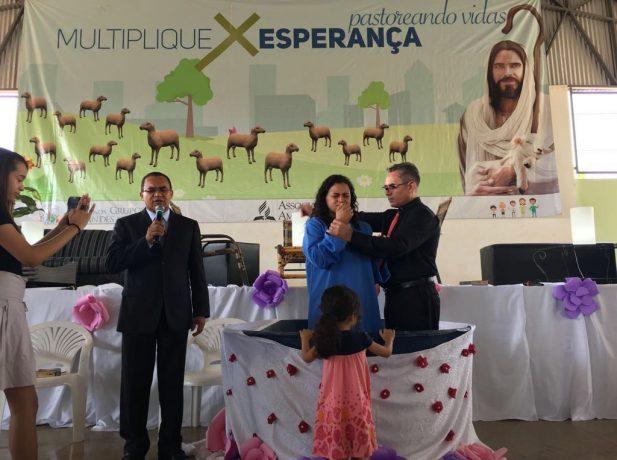 """""""Foi uma honra ser batizada pelo pastor Judivânio, já que ele me conhece desde criança"""", celebra Eliane. Na foto, o batismo dela."""