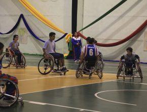 Os alunos jogaram uma partida de basquete na cadeira de rodas.