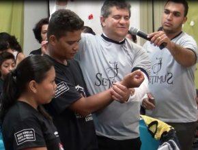 O batismo do casal é resultado da soma de forças dos projetos evangelísticos como o Bíblia Fácil e os Pequenos Grupos, que reforçam a ideologia da vida em comunidade.