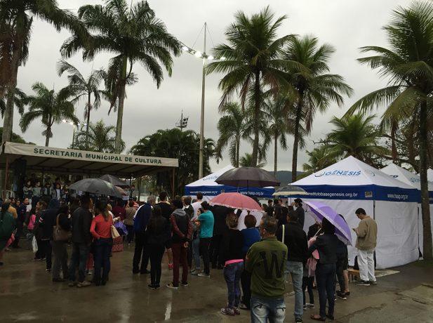 Nem a chuva atrapalhou a iniciativa dos médicos (foto: Lucas Rocha)