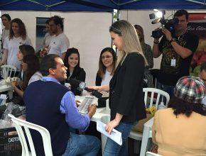 Jornalista da VTV, afiliada do SBT na região, entrevista morador de Santos beneficiado com ação (foto: Lucas Rocha)
