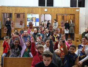"""Crianças da IASD Central de Cruz Alta exibem """"mãos"""" que confirmam a participação delas no projeto."""