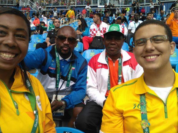 Juninho (esq) com a amiga voluntária e chefe de equipe e técnico da equipe de Guiné Equatorial. (Foto: arquivo pessoal)