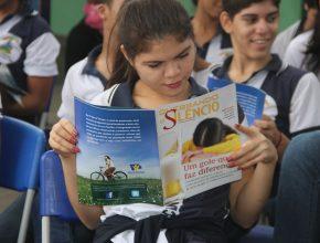 Os alunos folhearam curiosos o material recebido visando entregar a um amigo ou familiar