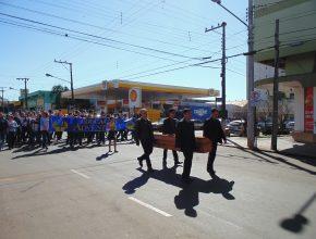 Alunos desfilaram pelas ruas do centro da cidade.