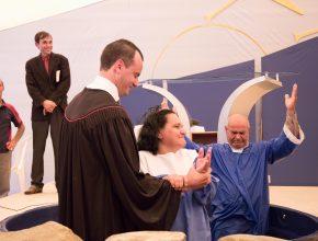 Seu José se batiza ao lado da esposa, depois de uma surpresa.   Foto: Anne Seixas