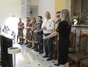 Profissionais recebem oração e material missionário em final de passeata