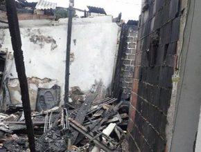 A casa de Jocelino e de mais 13 vizinhos foram tomadas pelo fogo. As famílias perderam tudo.