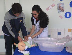 Os alunos aprenderam a dar banho e a trocar fraldas.