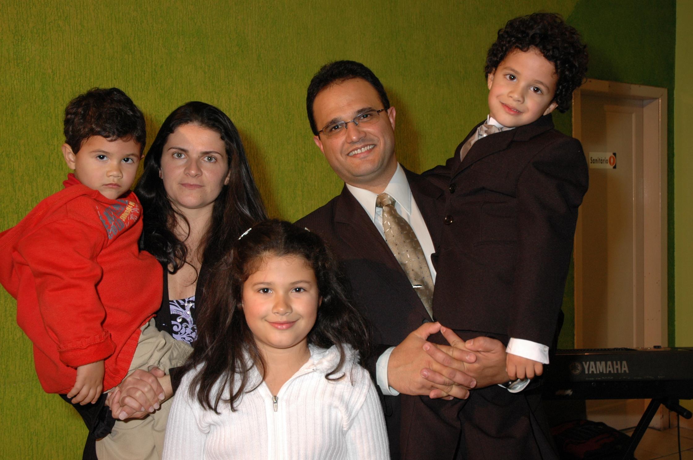 Biólogo com a esposa e filhos