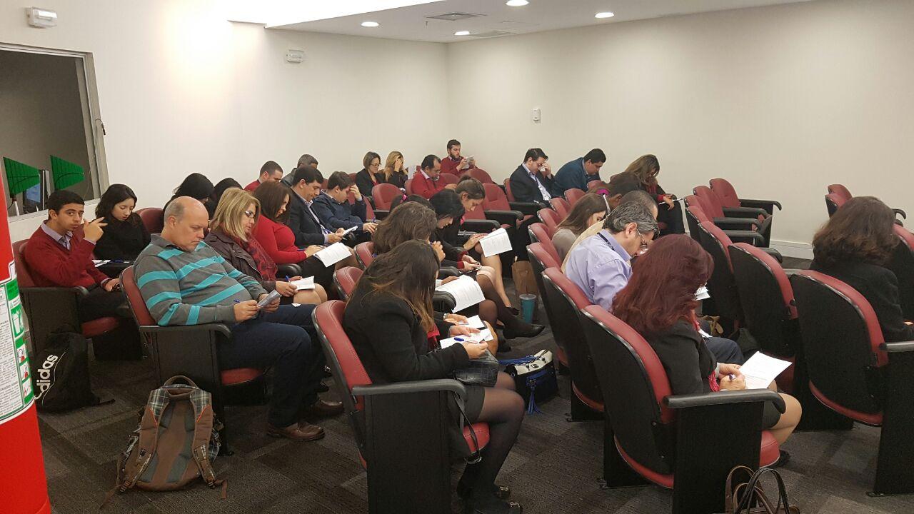 Funcionários da Associação Paulistana respondendo o questionário da Escola Sabatina.
