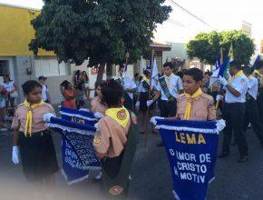 Com bandeiras, faixas e um lema nas mãos, Desbravadores e Aventureiros formaram grandes pelotões durante os desfiles