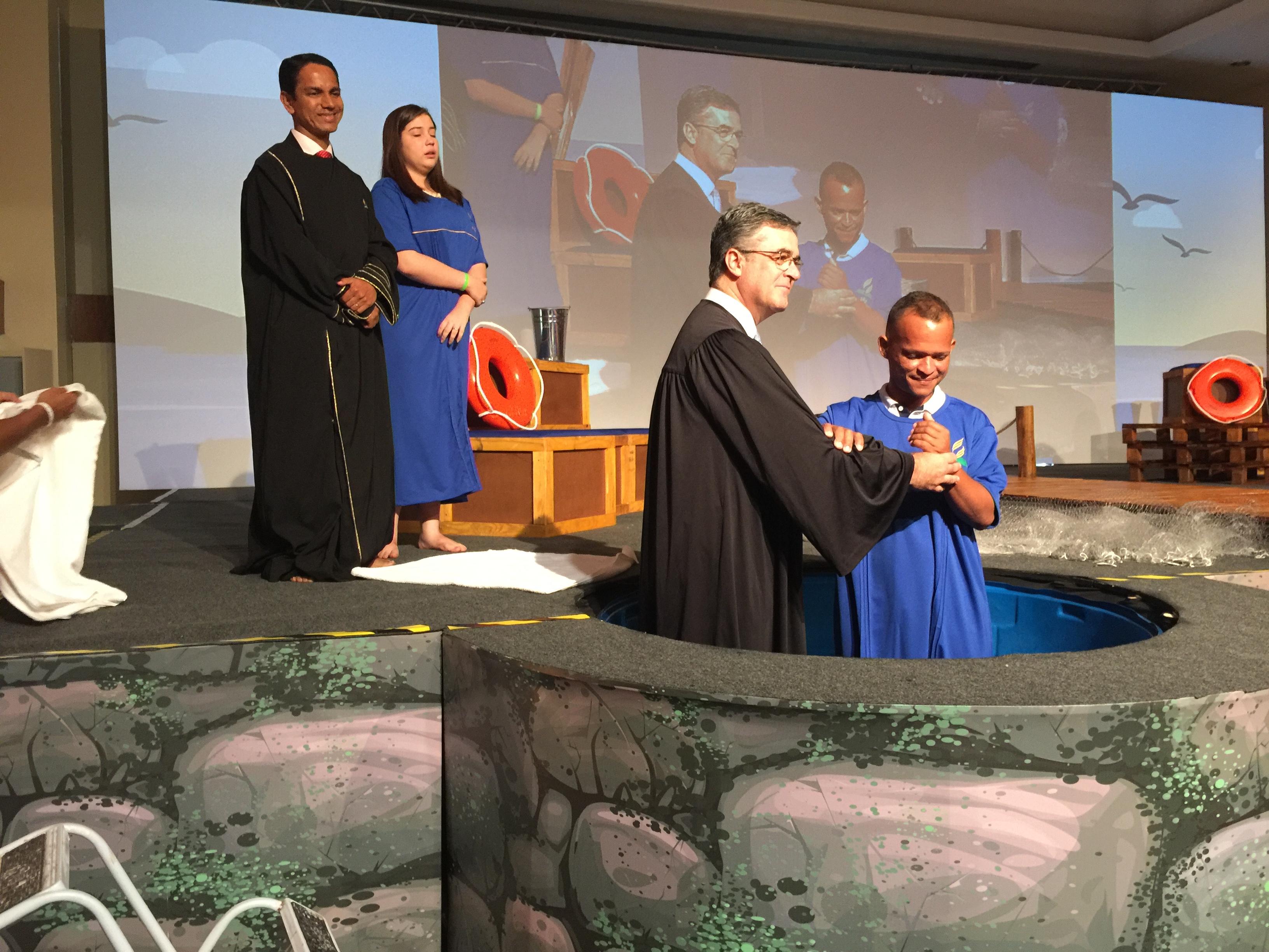 Pr. Erton Köhler batiza Paulo José, que recebeu estudos enquanto trabalhava na construção da Igreja de Porto de Galinhas/PE.