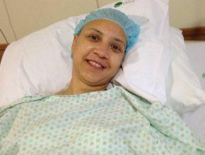 Na foto, Ezeni se recupera de cirurgia (Foto de reprodução Facebook)