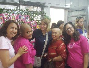 Ezeni ao lado de voluntárias do grupo Somos Todas Uma e a líder do Ministério da Mulher da Associação Paulista Leste, Marziani Guimarães, em evento beneficente