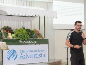 Durante todo o evento, uma mesa com frutas, verduras e hortaliças com nome - Farmácia ficou exposta para os participantes