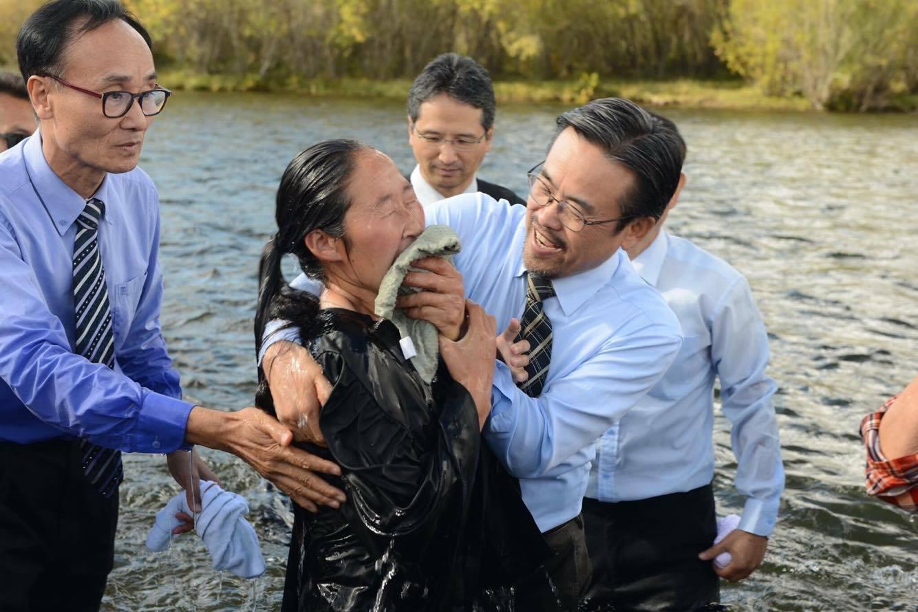 Batismo ocorreu no outono quando as temperaturas são um pouco mais amenas. No inverno, termômetros costumam marcar mais de 40 graus negativos.