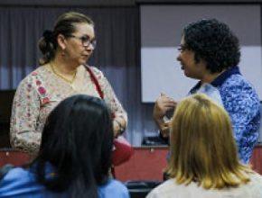 Mãe de aluno (esquerda) tira dúvidas sobre o câncer infanto Juvenil durante palestra do Setembro Dourado