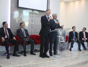 Evangelista Internacional Mark Finley faz a mensagem de inauguração.