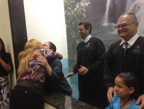 Na foto Joseane cumprimenta a amiga Joliza. Aos dez anos de idade, as amigas foram batizadas juntas quando eram alunas de uma Escola Adventista no Paraná.