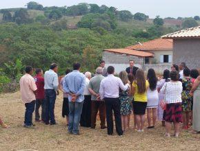 Membros acompanham cerimônia de inauguração de pedra fundamental