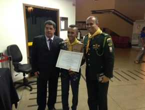 Thiago Henrique (centro) foi um dos desbravadores que entrevistou vereadores para o cumprimento da especialidade