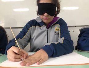 Depois de sentir um objeto, os alunos deveriam reproduzir em papel com um palito de churrasco, e depois com um barbante e cola. Esse método é utilizado pelos deficientes visuais