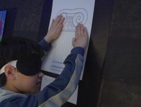 Com os olhos vendados, os alunos apreciaram as obras dos colegas apenas com as mãos.