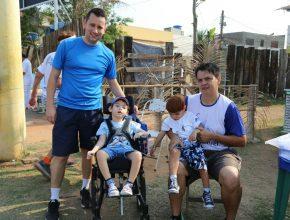 Ítalo e seu filho Ruan (4) e Peterson com o filho Manu (3). Juntos pela inclusão social dos filhos.