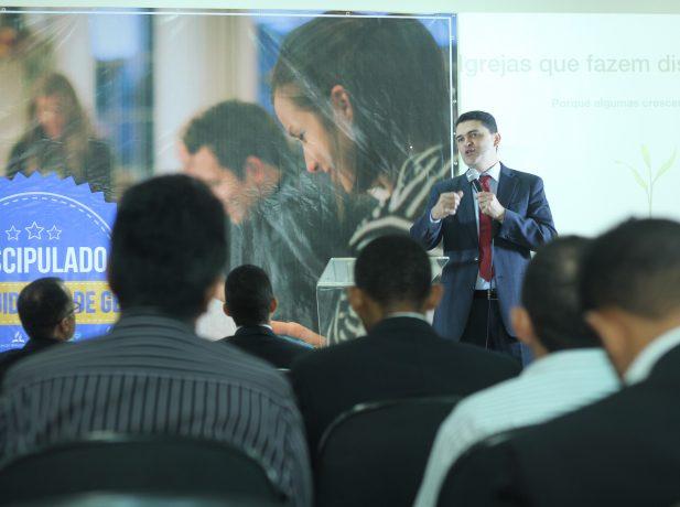 Líder do Ministério Pessoal para oito países da América do Sul, pastor Everon Donato, realizou o treinamento aos pastores