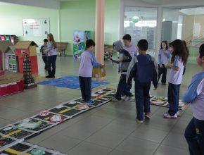 Jogos confeccionados pelos próprios alunos, reforçam as leis de trânsito e a segurança.