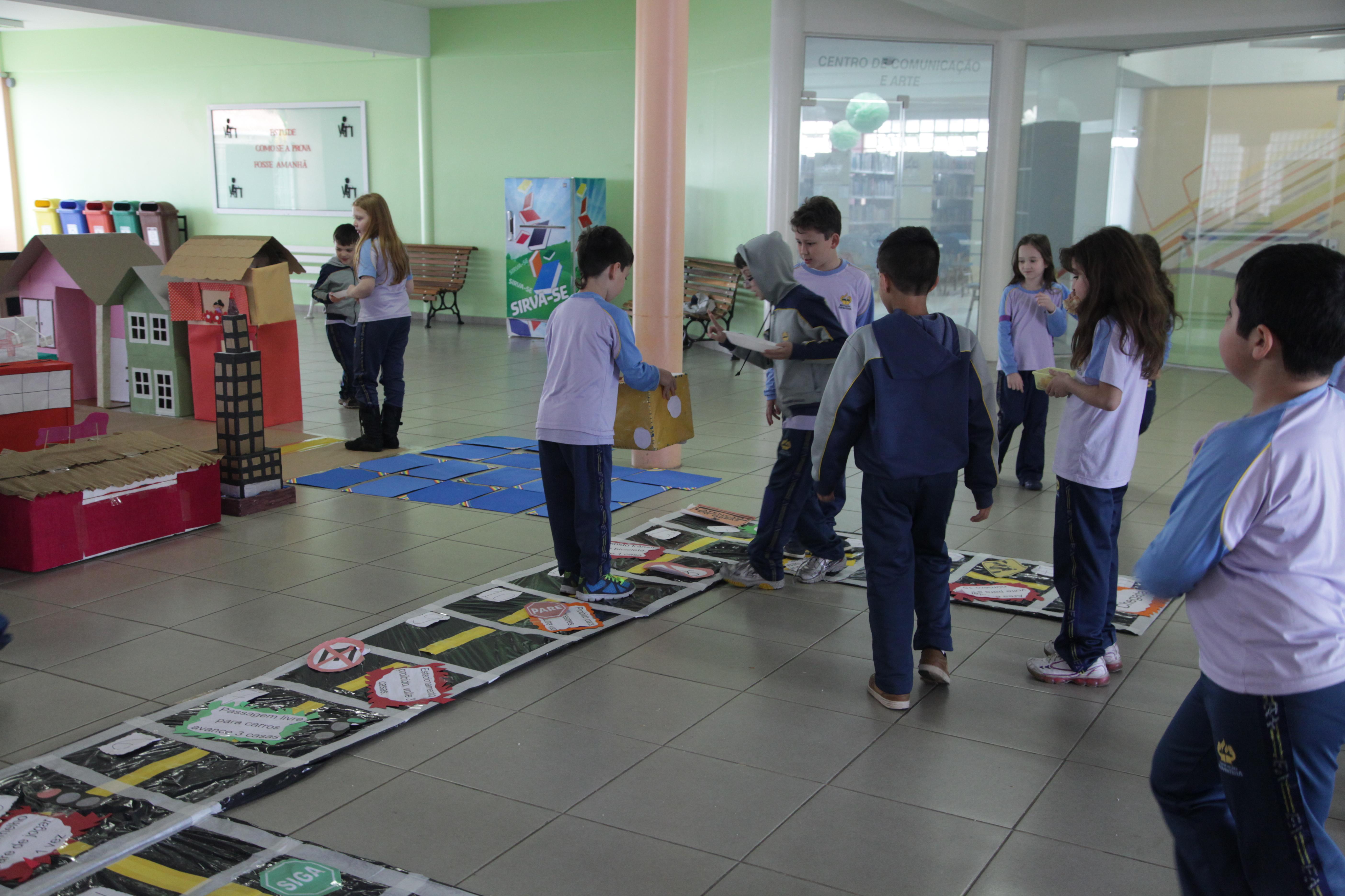 Preferência Crianças constroem minicidade e aprendem sobre segurança e  ZR18