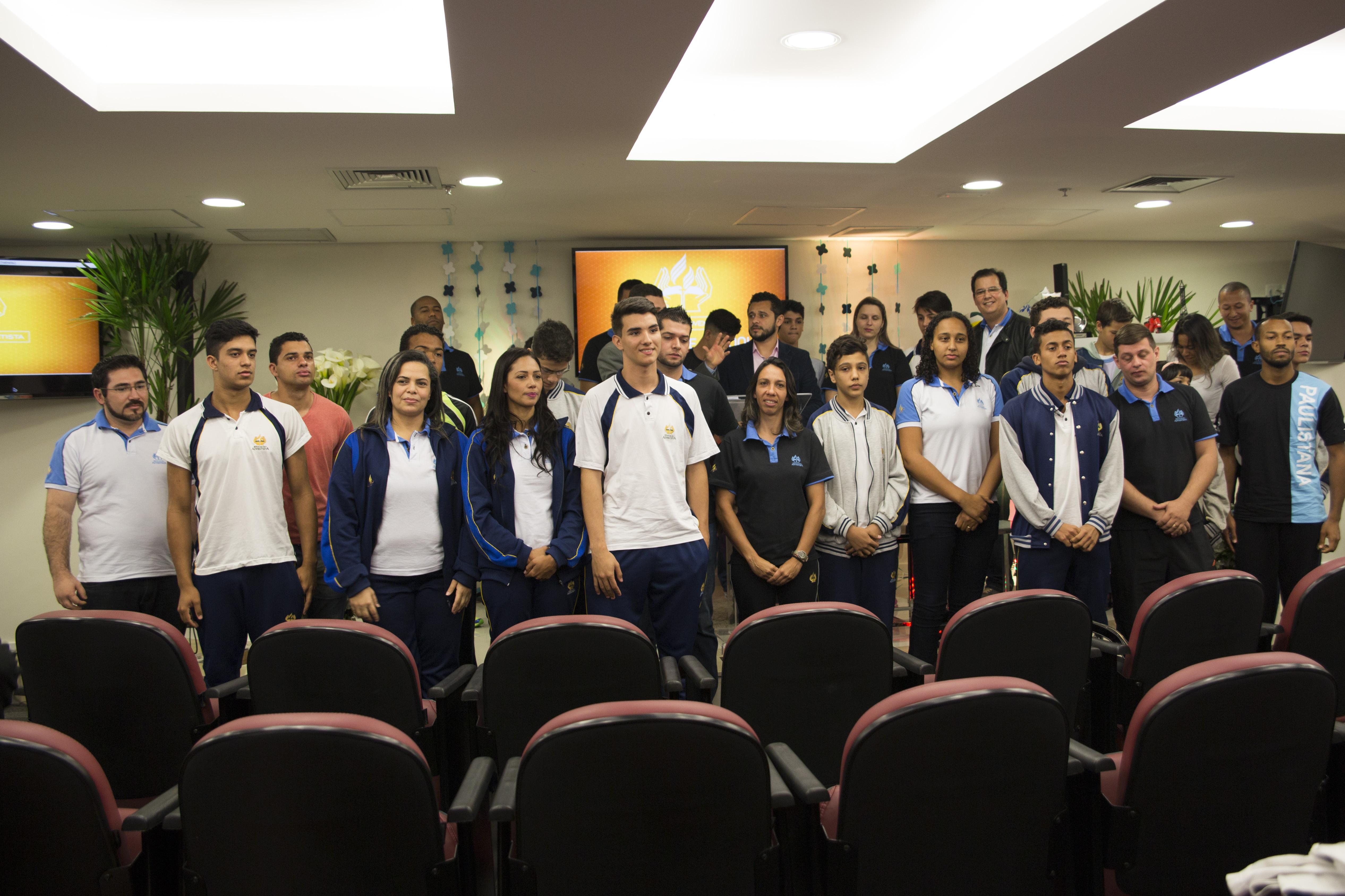Professores e alunos representando suas respectivas escolas para o Adventure School Esportivo 2016.
