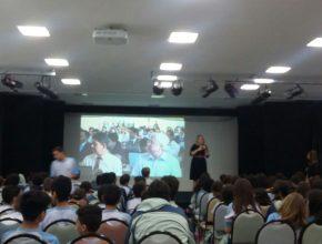 Alunos do Colégio Adventista da Granja Viana assistindo a transmissão online.