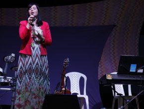 Fernanda Lara conduziu o louvor especial durante os encontros. (Imagem de Gustavo Inácio)