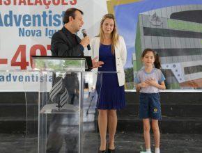 Pr. Eder Leal (Educação USeB) com a atual diretora da Escola de Nova Iguaçu e a aluna Ana Julia Silva.