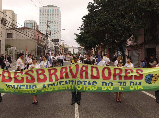 Participação dos desbravadores nas comemorações do aniversário do bairro.